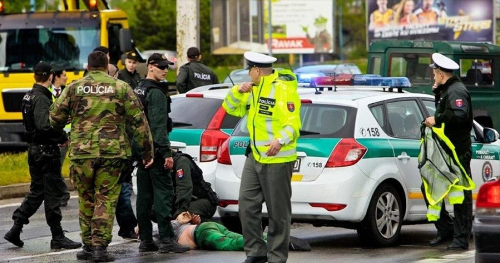 Vojaci a policajti v uliciach